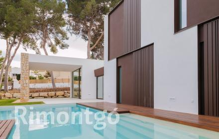 Modern villa with a swimming pool and covered terrace in Moraira.