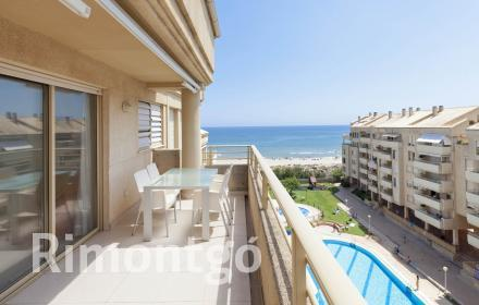 Bright apartment with open views of the Playa del Perellonet in Valencia.
