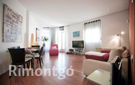 Charming apartment located right in the central Town Hall Square in Valencia.