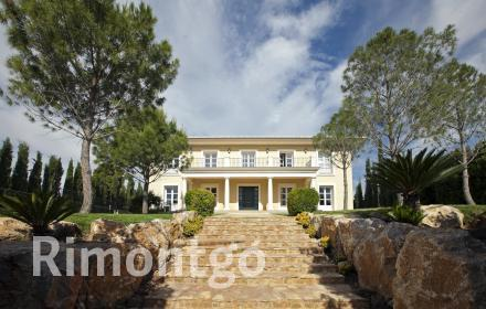 Fabulous villa with terraces and a pool, close to Valencia.