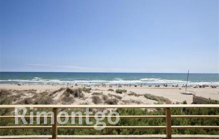 Beachfront apartment in the town of El Perellonet.