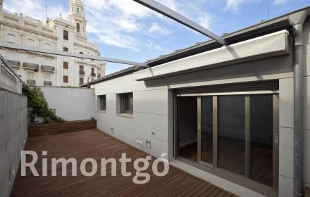 Penthouse with terrace and parking very close to Plaza del Ayuntamiento, Valencia.