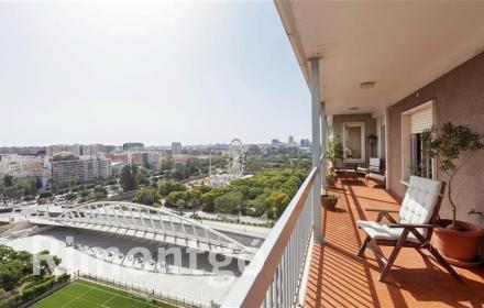 Elegant flat with terrace and views for sale next to the Turia riverbed in Valencia.