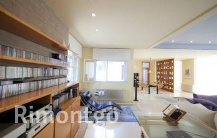 Designer villa in an exclusive residential area, very close to the city of Valencia.