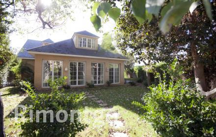 Exclusive villa in a renowned residential complex very close to Valencia.